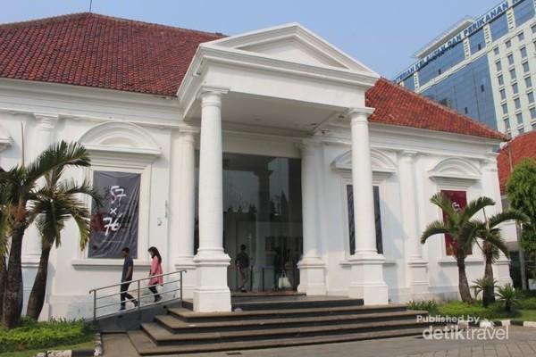 Bagian depan gedung galeri.