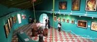 Wisatawan menikmati berbagai karya Affandi
