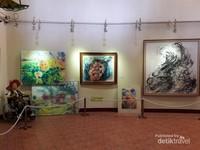 Studio lukis di bangunan berbeda dengan galeri