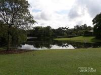 Ada juga danau di tengah taman yang membuat suasana semakin adem