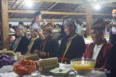 Orom Sasadu, Upacara Makan Bersama Roh Leluhur