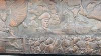 Hiasan diorama yang terdapat pada dinding di dekat monumen