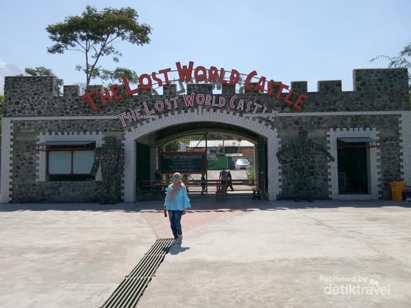 Gerbang The Lost World Castle yang kokoh