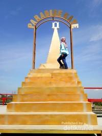 Satu lagi tempat foto yang lucu, gerbang surga yang viral dari The Lost World Castle