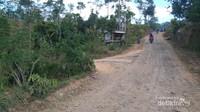 Sayangnya perbaikan infrastruktur belum mencapai desa sekitar.