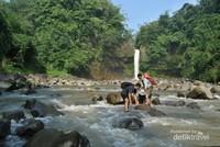 Derasnya aliran sungai membuat kita sedikit kesulitan untuk menyeberang sungainya