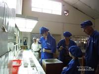Disini kami juga mencicipi white tea, yang harganya cukup mahal