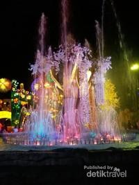 Air mancur menari dengan lampu yang berwarna-warni