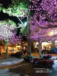 Lampu-lampu dengan berbagai warna menghiasi taman hiburan ini