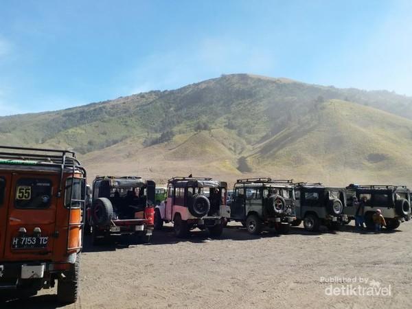 Deretan jeep pengantar wisatawan di Bukit Teletubbies, Bromo