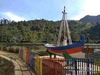Ada Bahtera Cinta sebagai lokasi foto atau spot foto di Situ Cisanti