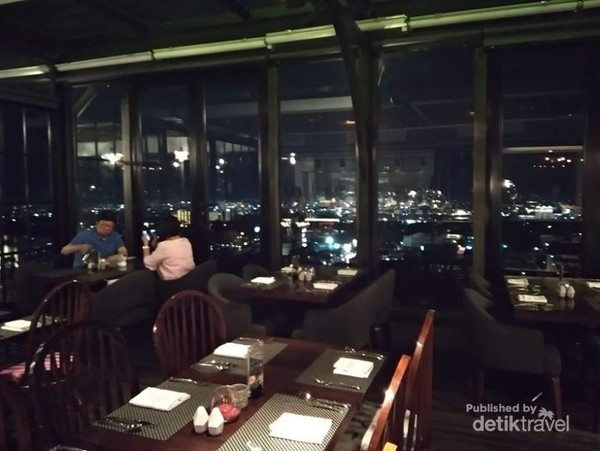 Dari dalam lounge kita bisa melihat Kota Bandung juga