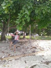Santai sejenak di pasir putih Pantai Tanjung Gelam