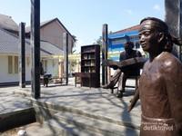 Monumen di halaman Museum Multatuli