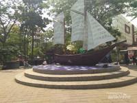 Replika kapal Phinisi sebagai salah satu spot foto yang instagramable
