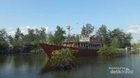 Kapal di tengah-tengah Belitung Mangrove Park
