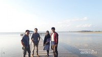 Kami degan latar Pulau Kelemoa yang melegenda dan lanskap Kota Tanjung Pandan