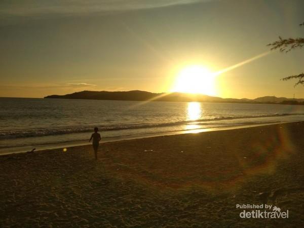 Menikmati sunset kala senja yang indah di Pantai muaro bantiang.