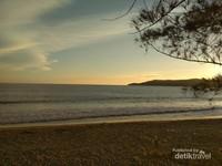 Hamparan laut lepas berpadu dengan cakrawala langit sore nan cantik.
