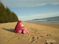 Menikmati hamparan pasir bersama keluarga tentu jadi liburan seru daripada Mal  gadget melulu.