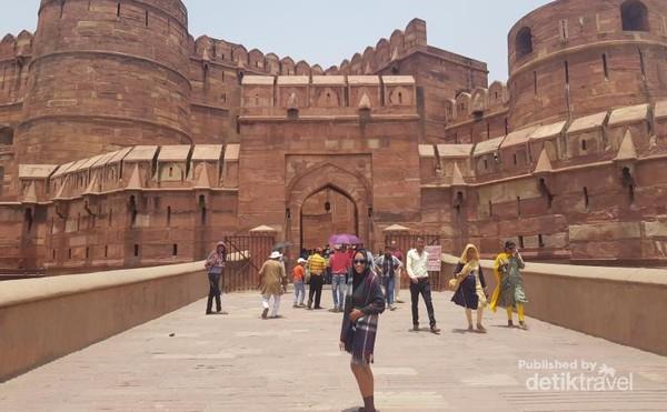 Akbar Gate atau Amar Singh Gate merupakan pintu masuk ke dalam Agra Fort.