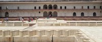 Agra Fort mencakup area seluas 38 Hektar. Dari 500 bangunan yang ada, tersisa hanya 30 saja. Agra Fort telah ditetapkan sebagai situs warisan dunia oleh UNESCO pada tahun 1984.