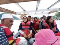 Perjalanan kepulau dengan menggunakan sampan boat kecil, membuat suasana berdebar