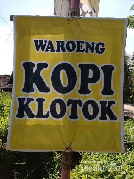 Banner kecil pertama yang terlihat diujung jalan