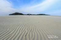 Jika air sedang surut pasirnya pun nampak semakin indah