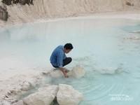 Kolam biru yang mengandung partikel bekas penambangan.