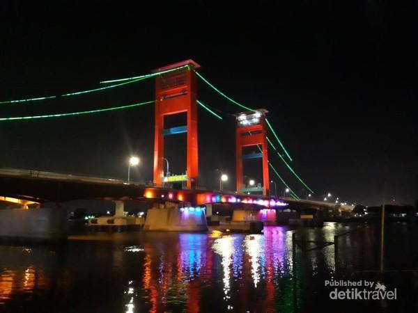 Jembatan Ampera di malam hari dengan lampu warna warni