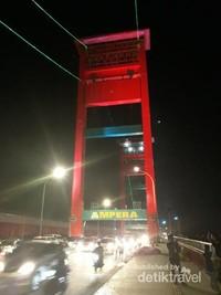 Lampu yang membuat Jembatan Ampera semakin indah