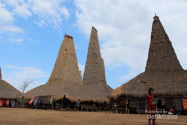 Kampung adat Ratenggaro yang terletak di kabupaten Sumba Barat daya, terdapat banyak makam batu tua peninggalan  zaman megalithikum. Berjarak kurang lebih 40 km dari tambolaka.