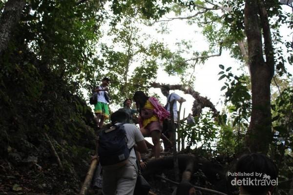 Trek yang lumayan susah untuk menuju ke lokasi air terjun