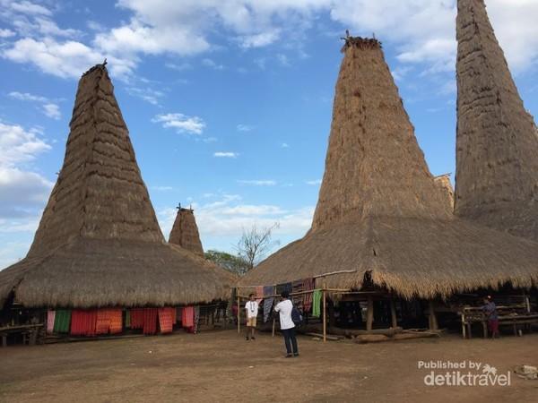 Khasnya bangunan rumah di Kampung Adat Ratenggaro, Sumba Barat Daya, Sumba.