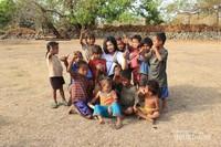 Keceriaan anak-anak Kampung Adat Ratenggaro yang menyambut kami dengan sangat senang hati.