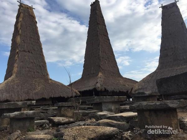 Bangunan rumah adat yang bersebelan dengan makam/kuburan sanak keluarganya.