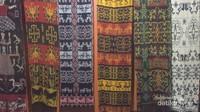 kain tenun ikat hasil tangan unnutk dijadikan souvenir.