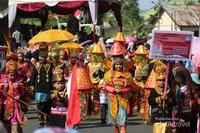 Berbagai assesoris adat budaya ditampilkan oleh peserta pawai