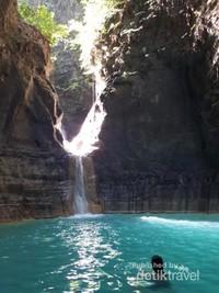 Air yang biru kehijauan di Air Terjun Waimarang