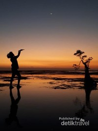 Matahari terbenam di Pantai Walaikiri