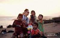 Mengakhiri Perjalanan hari pertama dengan menikmati Sunset di Pantai Pero bersama anak2 Sumba Barat.