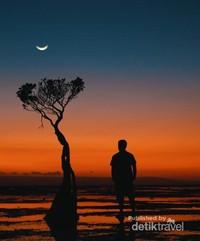 Berbeda dengan Jingga, Senja memiliki arti yang luas bagi orang orang, Ada yang menilainya Romantis, melankolis, ataupun puitis. Bagiku. Senja itu kamu... Iyaa KAMU .Last Day, menikmati Sunset di Pantai Walakiri..Maka nikmat Tuhanmu yang manakah yang kamu dustakan?