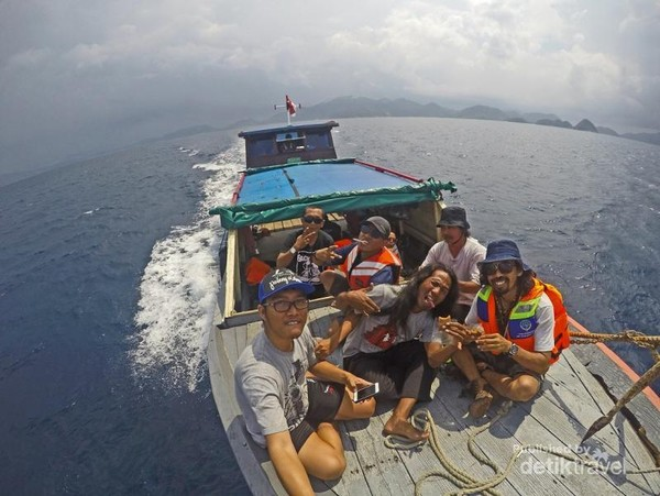 Menikmati laut dan teriknya matahari di Kepulauan Anambas menggunakan perahu kayu.