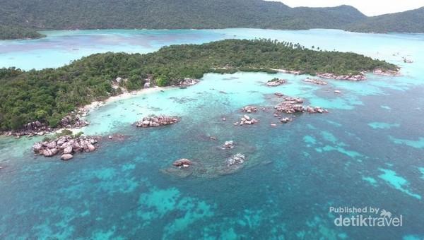 Pulau Nongkat di Kepulauan Anambas. Air lautnya tenang lagi bening.