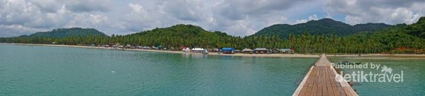 Pantai dengan pasir putih sepanjang 8 kilometer ada di Pulau Jemaja, Kepulauan Anambas. Pantai ini bernama Padang Melang.