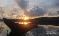 Dari pulau Belibak, Kepulauan Anambas kita dapat saksikan sunrise yang indah.
