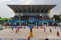 Pasangan atlet bola voli pantai putra Indonesia vs China.