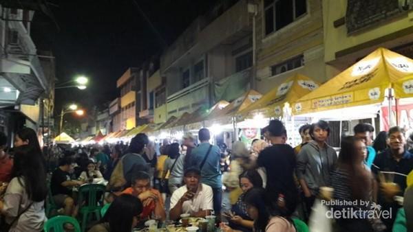 Padatnya pengunjung di Pasar Semawis