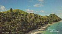 Pemandangan dari puncak bukit Pulau Diyonumo